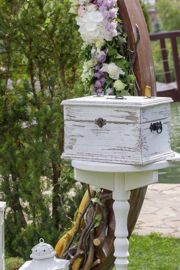 Vit ask för tappning nära båge för bröllopceremoni arkivbild