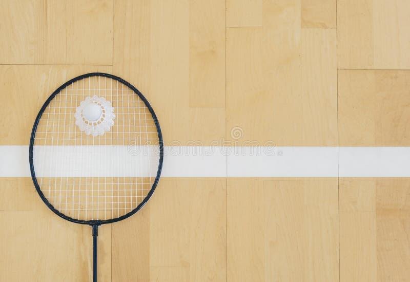 Vit badmintonfjäderboll på ett hallgolv på badmintondomstolar Stäng sig upp fjäderbollar på racketbadminton på badmintondomstolar arkivfoton