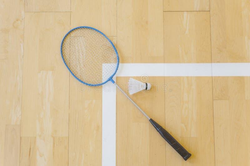 Vit badmintonfjäderboll på ett hallgolv på badmintondomstolar Stäng sig upp fjäderbollar på racketbadminton på badmintondomstolar arkivfoto