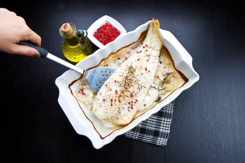 Vit bakad torsk med peppar fotografering för bildbyråer