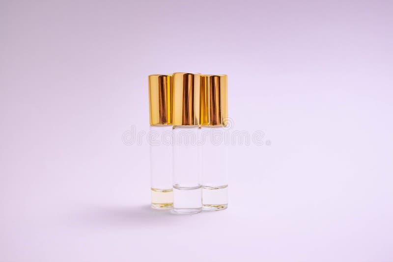 Vit bakgrund för doftsampleson Härlig sammansättning med doftprövkopior på ljus backgroundPerfumerulltester fotografering för bildbyråer