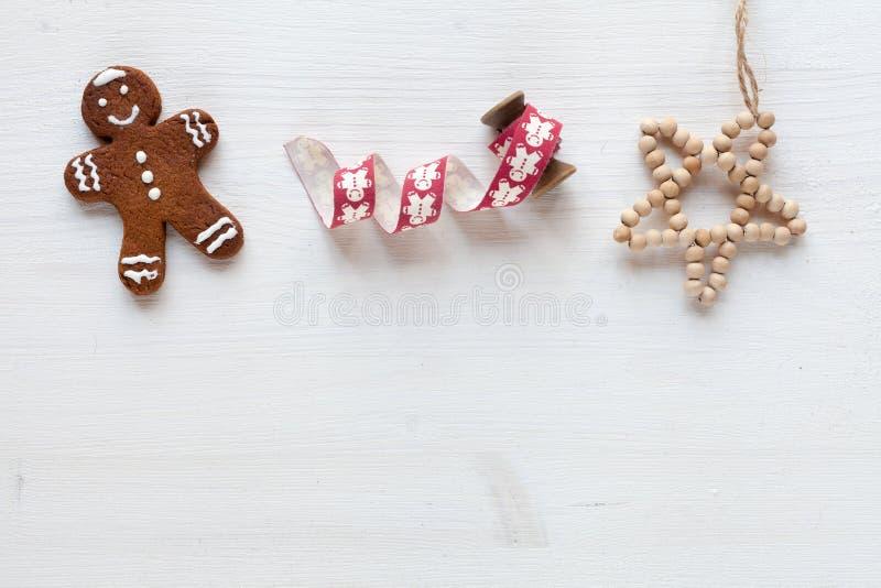 Vit bakgrund för jul med gåvan och annan juldekor arkivfoto