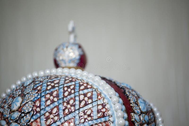 Vit bakgrund för keramisk krona fotografering för bildbyråer