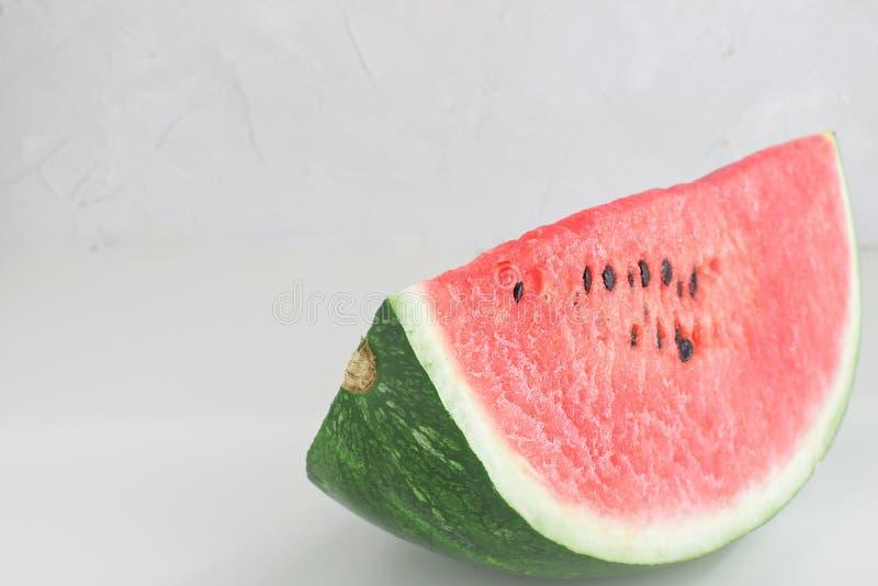 Vit bakgrund selektivt f för ny röd vattenmelonskiva royaltyfria bilder