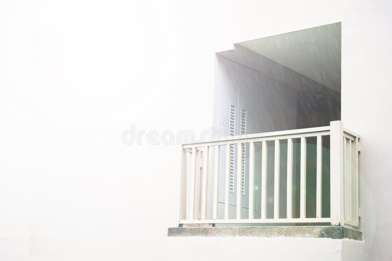 Vit balkong, gudomlig strålglans, mot den vita väggen som översvämmas med ljus ett ställe som meddelar med guden eller royaltyfria bilder