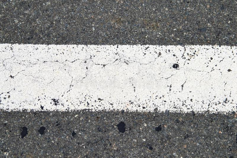 Vit bandvägteckning på asfaltvägen royaltyfri fotografi
