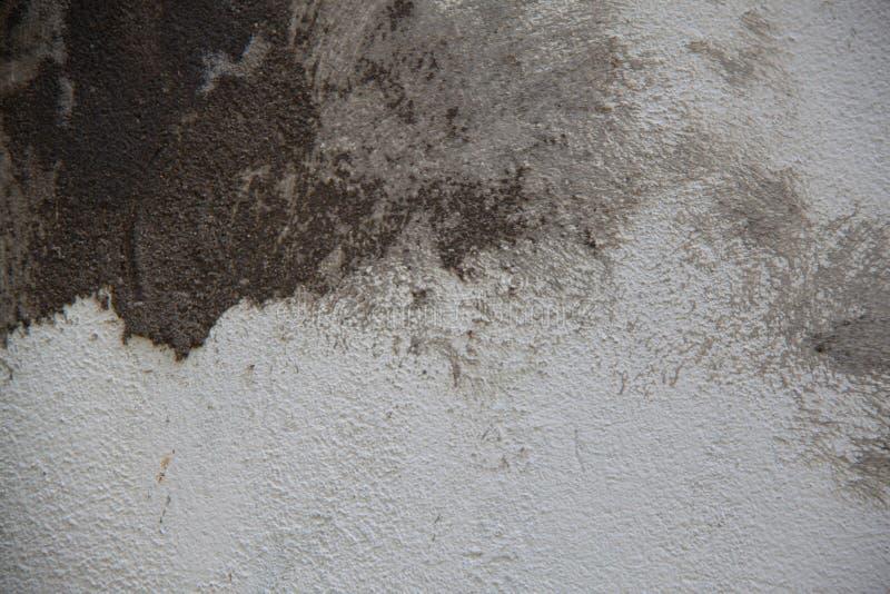 Vit betongvägg med stora slaglängder av murbruk fotografering för bildbyråer