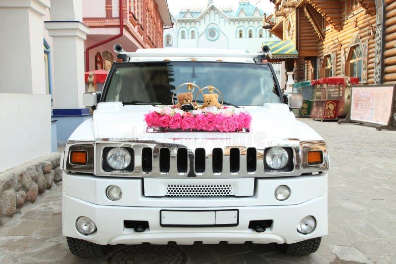 Vit bil för nygifta personer med garneringar för nallebjörn royaltyfri fotografi