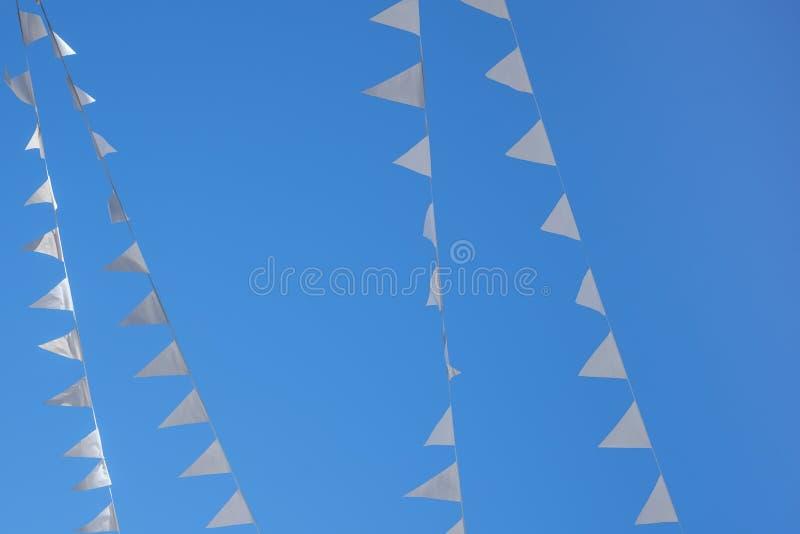 Vit blå himmel för flaggor utom fara royaltyfri fotografi