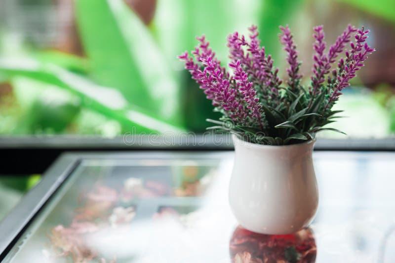 Vit blomkruka arkivfoton