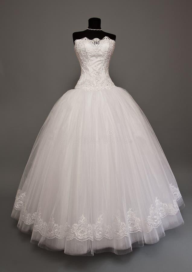 Vit bröllopsklänning på en skyltdocka fotografering för bildbyråer