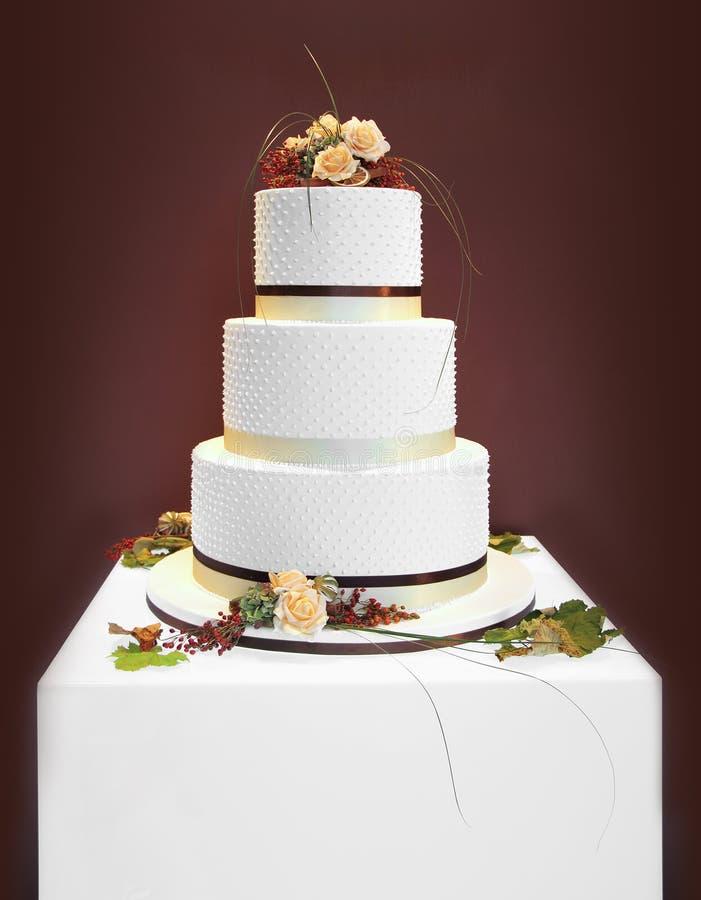 Vit bröllopstårta arkivfoton