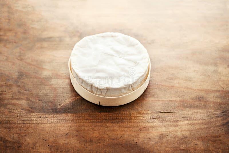 Vit Brie för mjuk ost på träbakgrund, bästa sikt Krämig ch royaltyfri fotografi
