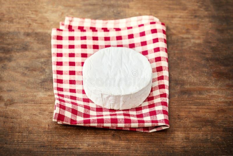 Vit Brie för mjuk ost på träbakgrund, bästa sikt Krämig ch arkivbilder