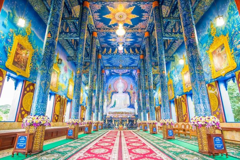 Vit Buddhastaty inom templet fotografering för bildbyråer