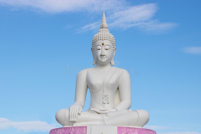 Vit Buddhastaty med blå himmel på bakgrund royaltyfri bild