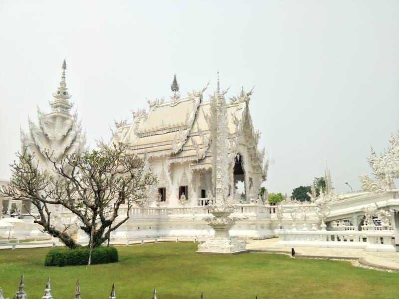 Vit bueatiful byggnad av den Rong Khun templet Wat Rong Khun royaltyfria bilder