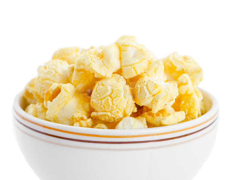 Vit bunke med popcorn royaltyfri foto