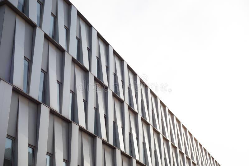 Vit byggande fasad med härliga den diagonala modelldesignen fotografering för bildbyråer