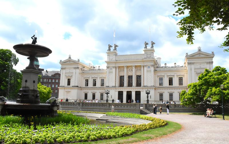 Vit byggnad i det Lund universitetet royaltyfri fotografi
