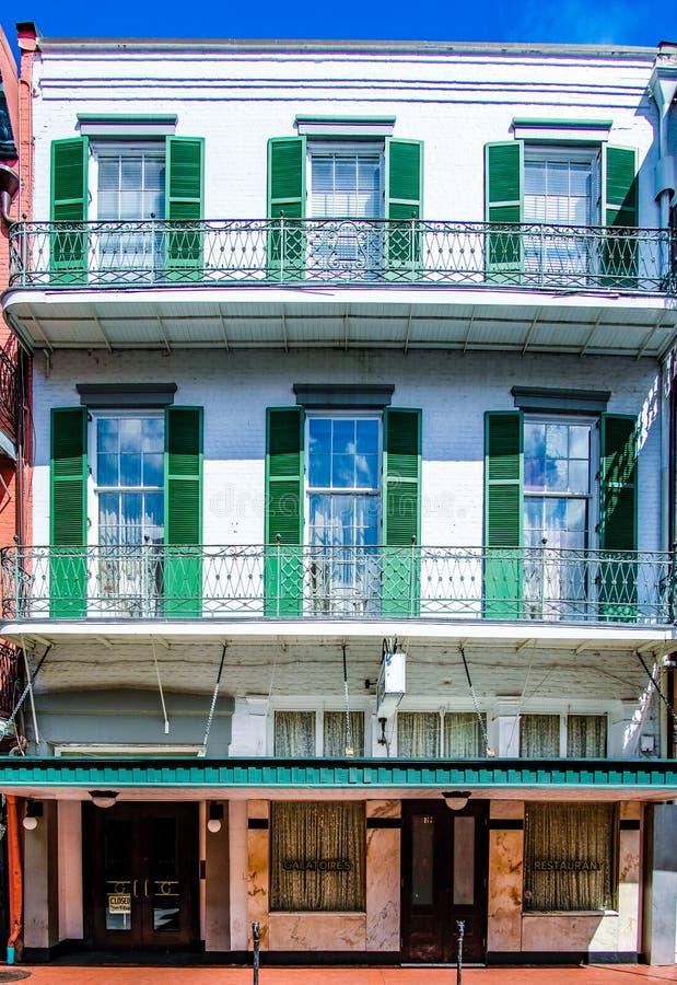 Vit byggnad i New Orleans, Louisiana bourbongata royaltyfri bild