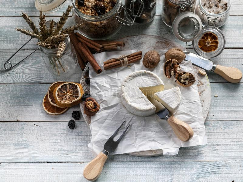 Vit camembert för mjuk ost på träbakgrund arkivbilder