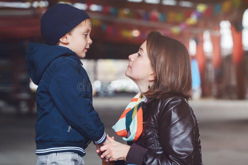 vit Caucasian moder och son som till varandra talar, lycklig familj av två arkivfoton