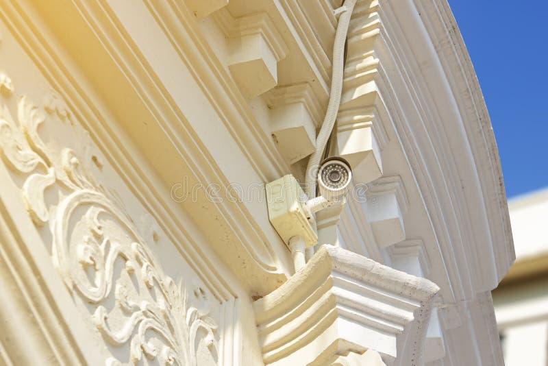 Vit CCTV-säkerhetskamera på kinesisk--portugis arkitekturbyggnad, rekord- aktivitetsfolk för Closed-circuit television i gångbana royaltyfria foton