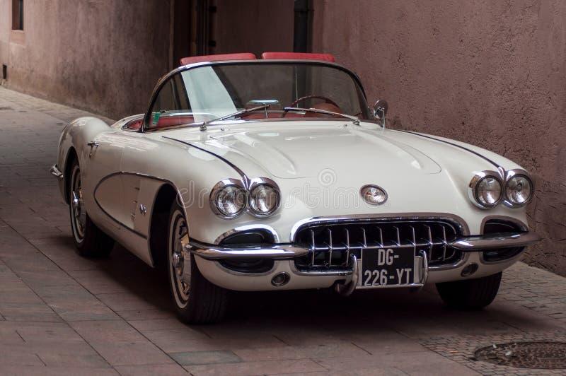 Vit Chevrolet Corvette cabriolet från sextio som parkeras i gatan royaltyfria foton