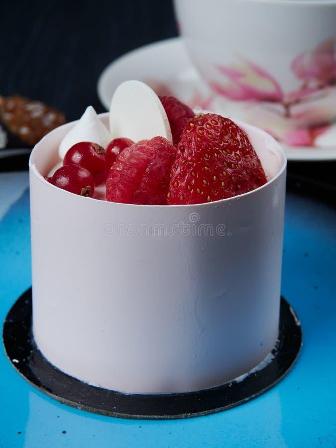 Vit chockolatekaka med strawberies, hallon och redcurrants fotografering för bildbyråer