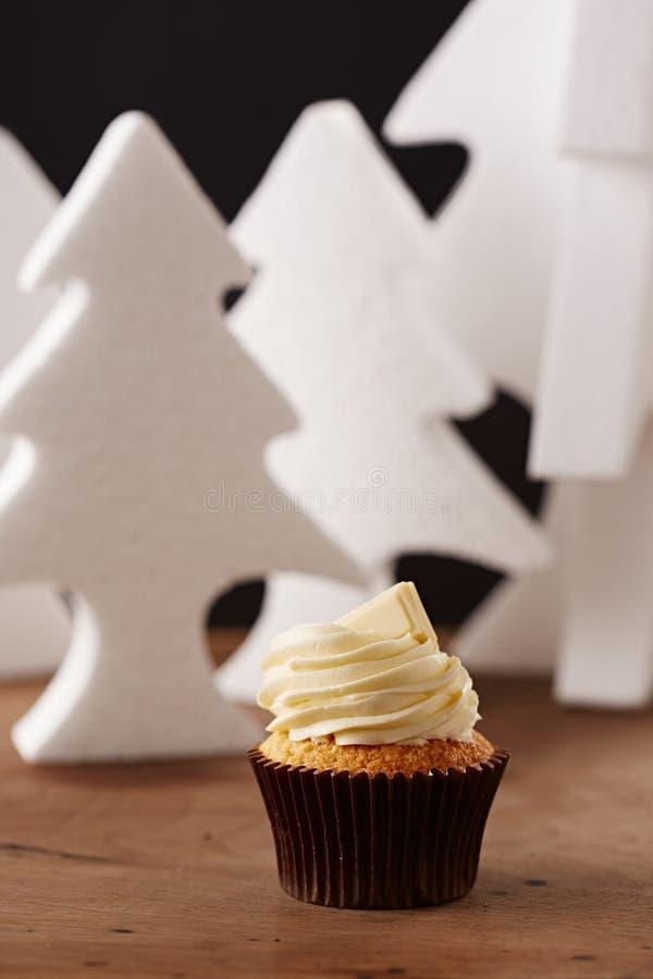 Vit chokladmuffin på julbakgrund arkivfoto