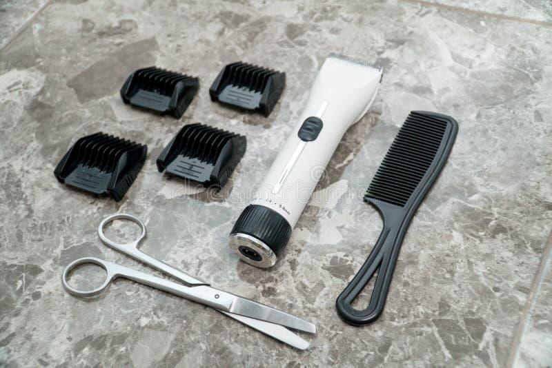 Vit clipper med tillbehöret i friseringsalongcloseup royaltyfri fotografi