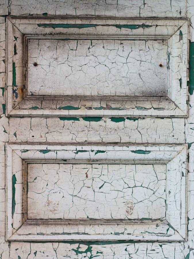 Vit dörr med sprucken målarfärg royaltyfri bild