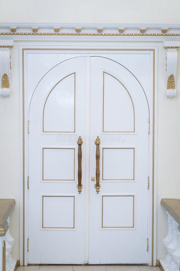 Vit dörr till korridoren för förbindelseregistrering arkivbilder