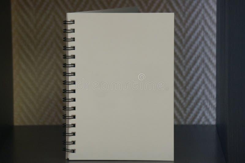 Vit dagbok p? den svarta tabellen royaltyfri fotografi