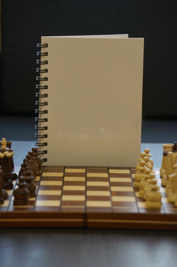 Vit dagbok p? schackbr?de royaltyfria foton