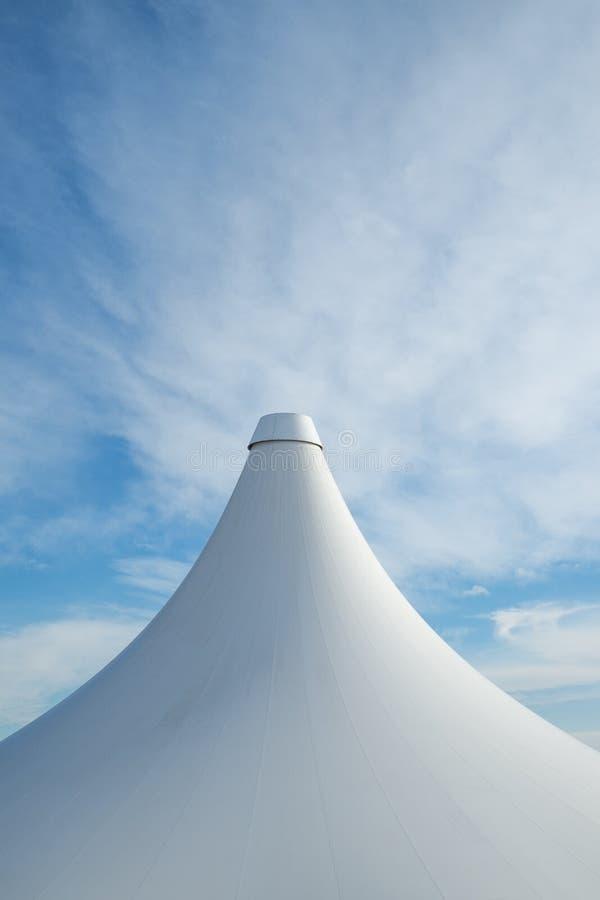 Vit detalj av det stora bästa tältet mot ett blått en molnig himmel royaltyfri fotografi