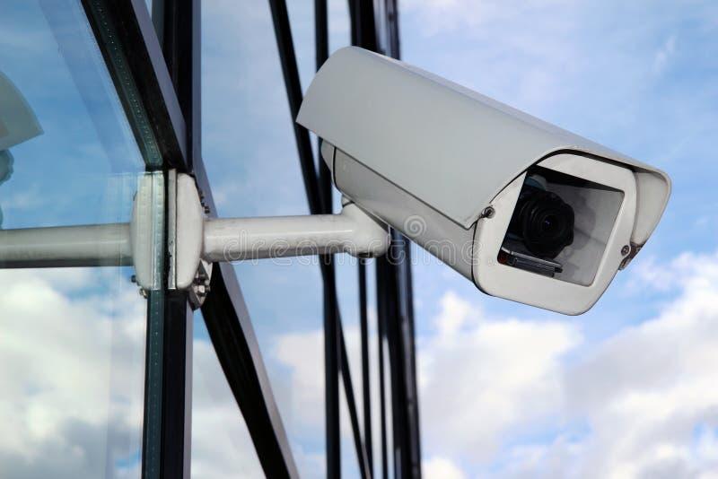 Vit Digital CCTV-kamera på den glass fasaden arkivfoto