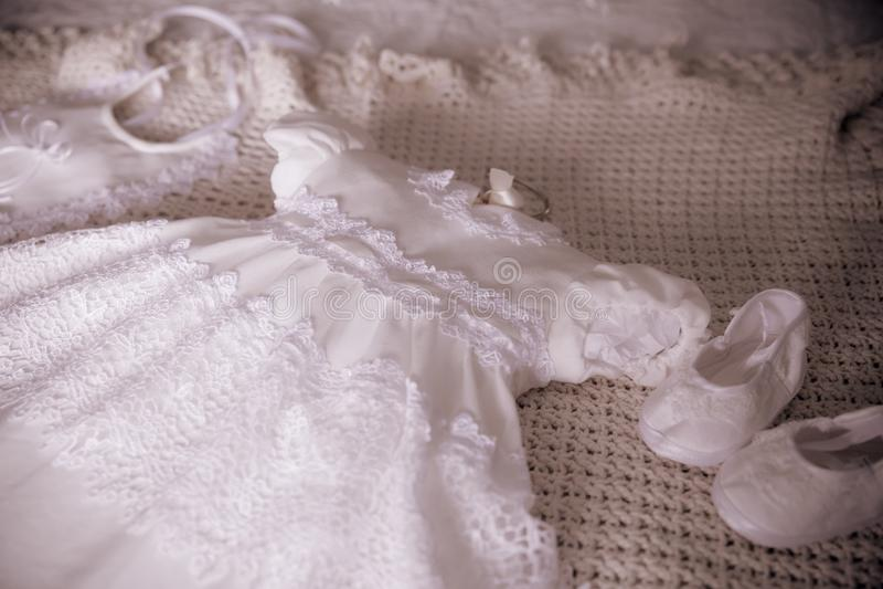 Vit dopdopklänning för flicka royaltyfri foto