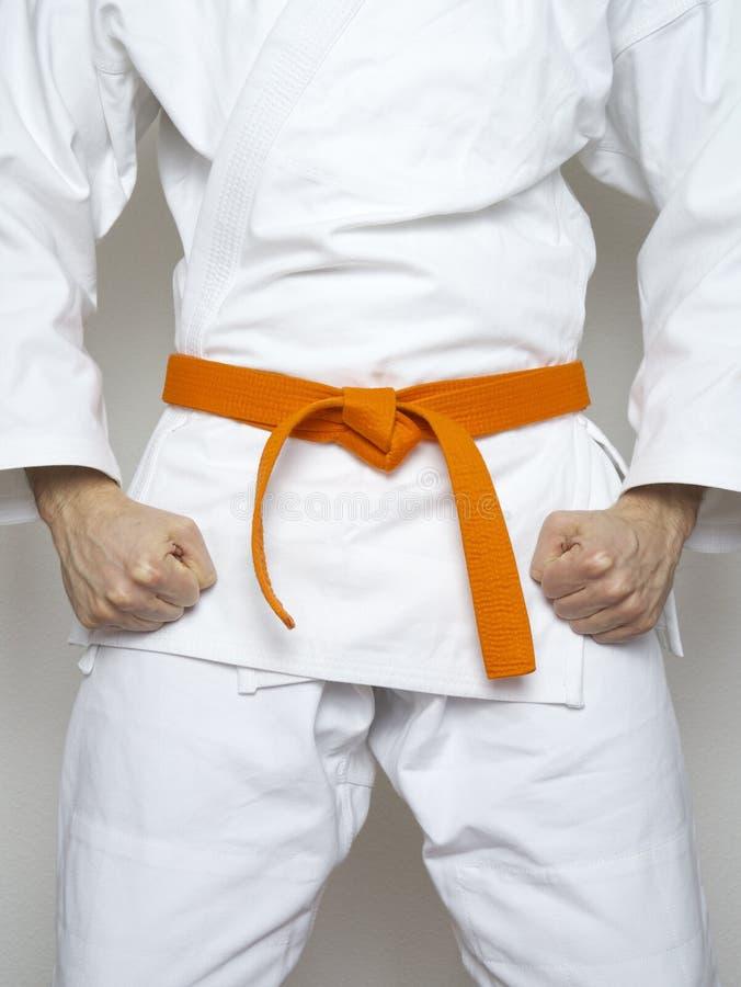 Vit dräkt för stående orange bältekampsporter för kämpe arkivfoton