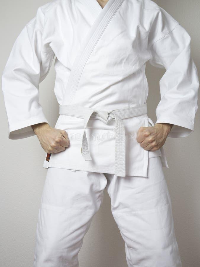 Vit dräkt för stående vita bältekampsporter för kämpe arkivbild