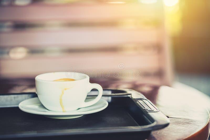 Vit drinkkaffekopp i morgondagen arkivfoto