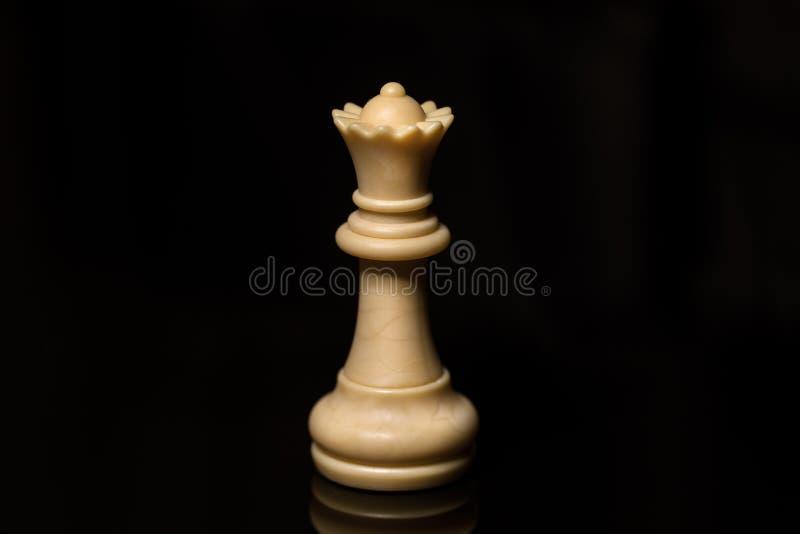 Vit drottning för klassiskt schack på det svarta brädet som isoleras arkivfoto