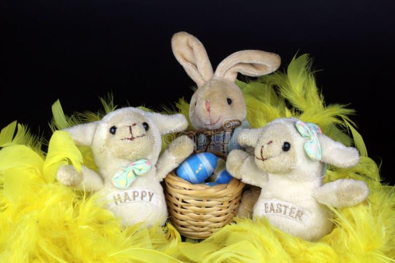 Vit easter för två dekorativa hapy easter får kanin arkivbild