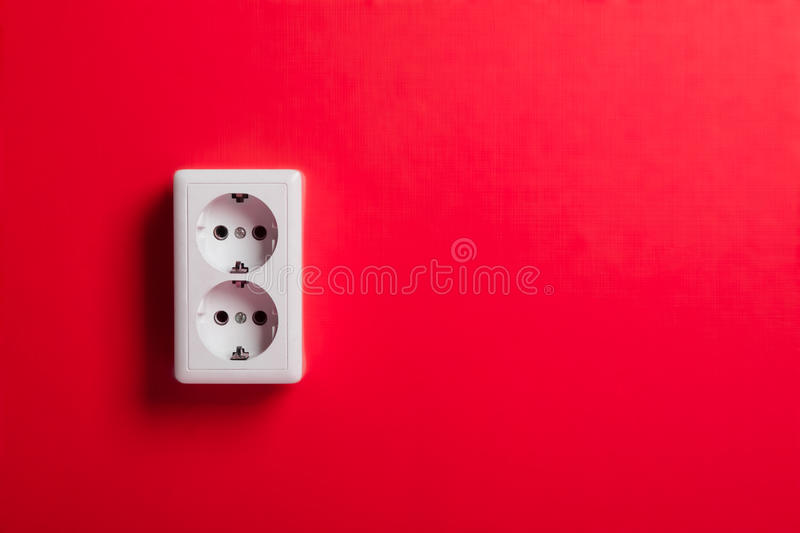 Vit elektrisk stickkontakt på väggen. royaltyfri fotografi