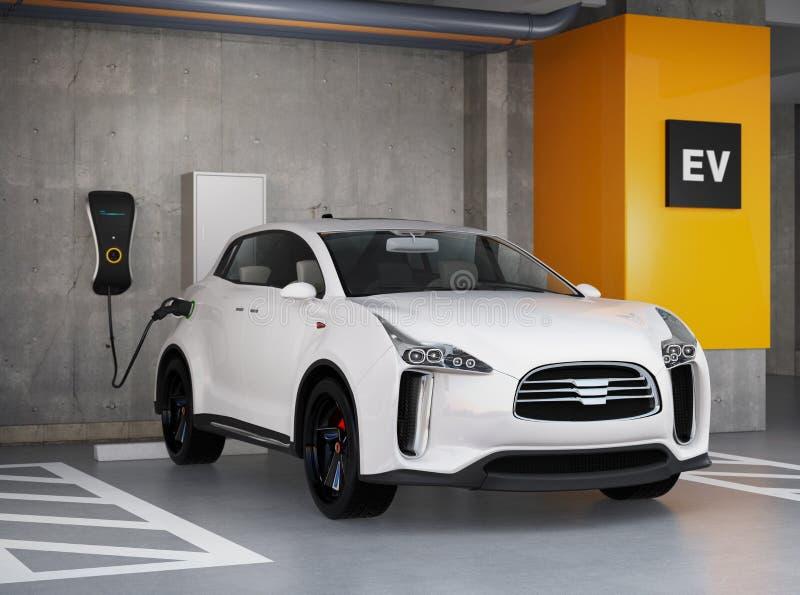 Vit elektrisk SUV uppladdning i parkeringsgarage royaltyfri illustrationer