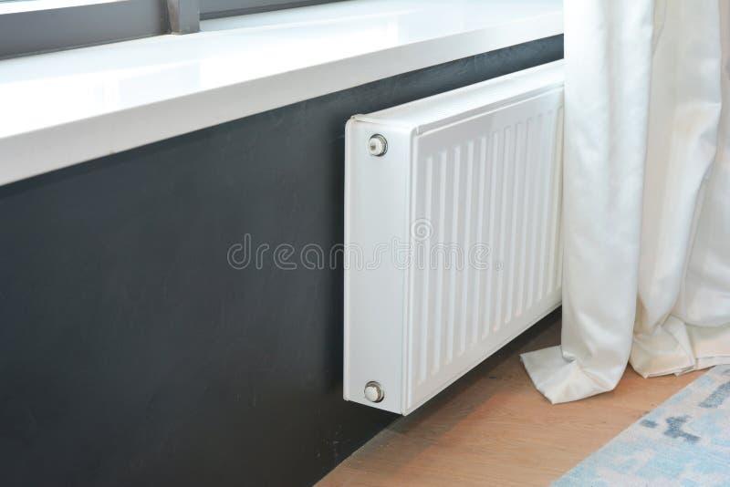 Vit elementuppvärmning med termostaten för energi - besparing royaltyfri foto