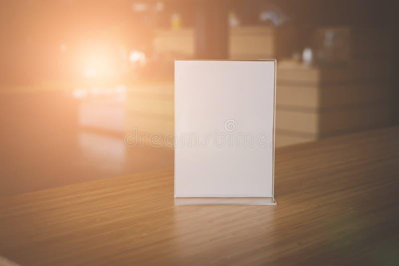 vit etikett i kafé skärmställning för akryltältkort i coff royaltyfri bild
