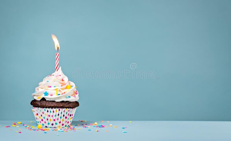Vit födelsedagmuffin med stänk royaltyfri fotografi