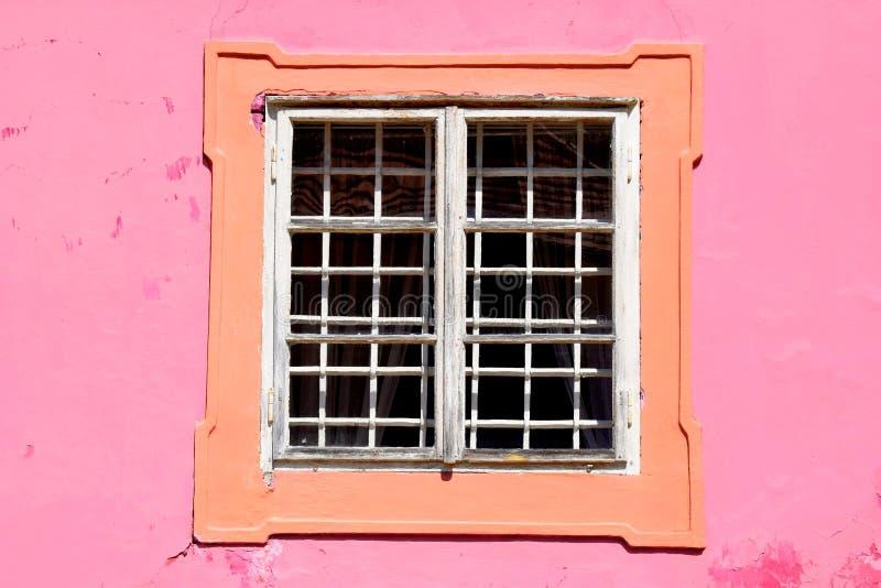 Vit fönster- och rosa färgvägg royaltyfri fotografi